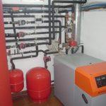 Une salle de chaudières avec chaudière de haut rendement de gas-oil, avec un appui solaire thermique