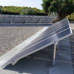 campo solar con estructuras sobre hormigón